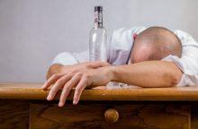 Neblaivus patėvis vertė vartoti alkoholį podukrą