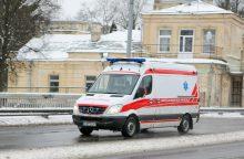 Vilniuje susižalojo iš mašinos lipęs berniukas