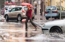 Dėl stipraus lietaus sostinė tapo sunkiai pravažiuojama <span style=color:red;>(įspėja dėl audros)</span>