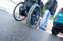 Socialinis eksperimentas: sveikas jaunuolis sėdasi į neįgaliojo vežimėlį