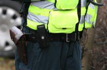 Į areštinę pakliuvo pareigūną spardžiusi šiaulietė