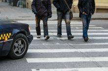 Vilniuje vairuotojai dviem pėstiesiems pervažiavo kojas