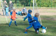 Sveikatinimas ar sargdinimas: pusnuogiai vaikai rytais sportuoja lauke
