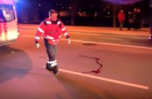 Per gatvę bėgusi moteris atsidūrė po visureigio ratais