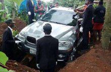 Į duobę – naujame BMW