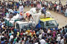 Bangladeše sudužus pabėgėliams pagalbos krovinį vežusiam sunkvežimiui žuvo 9 žmonės