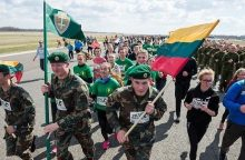 Šventės dalyviai bėgo taku, kuriuo kyla NATO karinių oro pajėgų lėktuvai