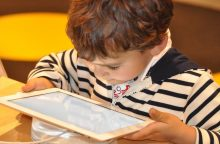 Medikė: naudodamiesi išmaniaisiais prietaisais maži vaikai nieko neišmoksta
