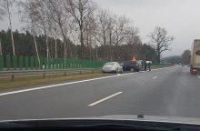 Į avariją magistralėje pateko taksi automobilis, nukentėjo keleivis