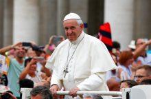 Popiežius ragina išduoti laikinas vizas karo pabėgėliams