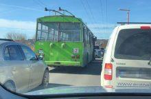 Prie Pilies eismą paralyžiavo troleibuso ir lengvojo automobilio avarija