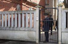 Narkotikus kalinčiam vyrui norėjusi perduoti moteris juos slėpė išangėje