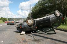 Sprogus padangai automobilis apvirto ant stogo <span style=color:red;>(sužeisti du žmonės)</span>