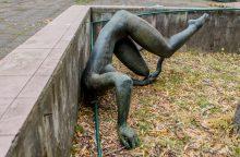 """Vandalams užkliuvo bronzinė skulptūra """"Skalbėja"""" – nupjovė galvą"""