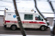 Molėtų rajone girtutėlė moteris iššoko iš važiuojančio automobilio
