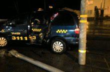 Taksi automobilis rėžėsi į stulpą