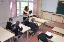 Budėti prie mokyklų tėvams nesiūlo