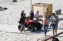 Nudistų paplūdimyje užkliuvo persirengimo kabinos