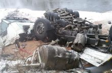 Dėl vilkiko avarijos prie Merkio išsiliejo apie 800 litrų dyzelino