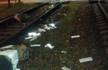 Prie geležinkelio pervažos kontrabandininkai pametė cigarečių krovinį