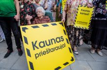 """Protestas dėl kertamų medžių – su šūkiais """"Kaunas kertasi!"""" ir tylos minute"""