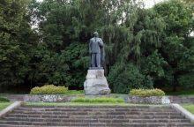 """Siūloma nesaugoti """"Stalino saulę Lietuvai parvežusių"""" kūrėjų paminklų"""