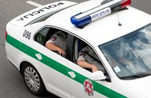 Neblaivus šventės dalyvis išdaužė policijos automobilio langą