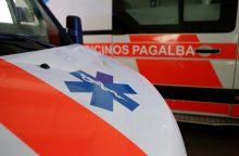 Neblaivus vairuotojas po avarijos paliko sužeistą keleivį