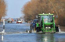 Potvynis į pamarį sugrįžta: vandens lygis kelyje Šilutė-Rusnė peržengė 80 cm lygį