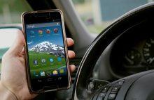 Pavojus gyvybei nejaudina: vairuodami internete naršo tūkstančiai