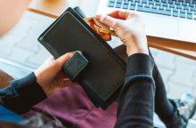 Prekybininkams – draudimas imti mokestį už atsiskaitymus kortelėmis