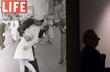 Istorinėje nuotraukoje įamžintas besibučiuojantis JAV jūreivis mirė 95 metų