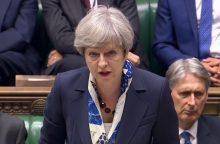 T. May atsiprašė už nepakankamą dėmesį gaisro Londono daugiabutyje aukoms