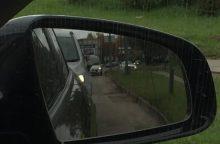 Nepatyręs vairuotojas Birželio 23-iosios gatvėje rėžėsi į atitvarus