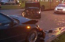 Kaune susidūrė du BMW automobiliai, nukentėjo vairuotojas ir keleivė