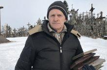 Kryžių kalno prižiūrėtojas papasakojo, koks būna sutrūnijusių kryžių likimas