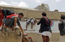Jemene aviacija bombardavo viešbutį, žuvo dešimtys žmonių