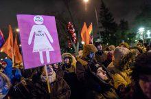 Per protestą prieš abortų draudimą politikų būstinė ištepta raudonais dažais