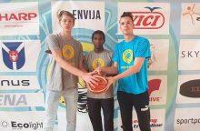 Krepšinio subtilybių mokytis atvykę jaunieji užsieniečiai giria sąlygas Lietuvoje