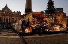 Vatikano prakartėlę puošia žemės drebėjimo sugriautos bažnyčios smailė